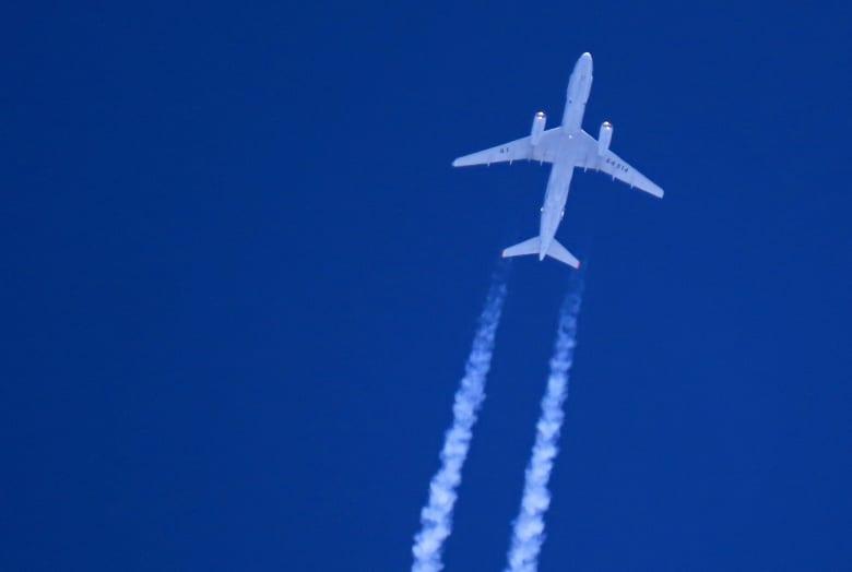 طائرة روسية تحق فوق مدينة سراقب بشمال غرب سوريا