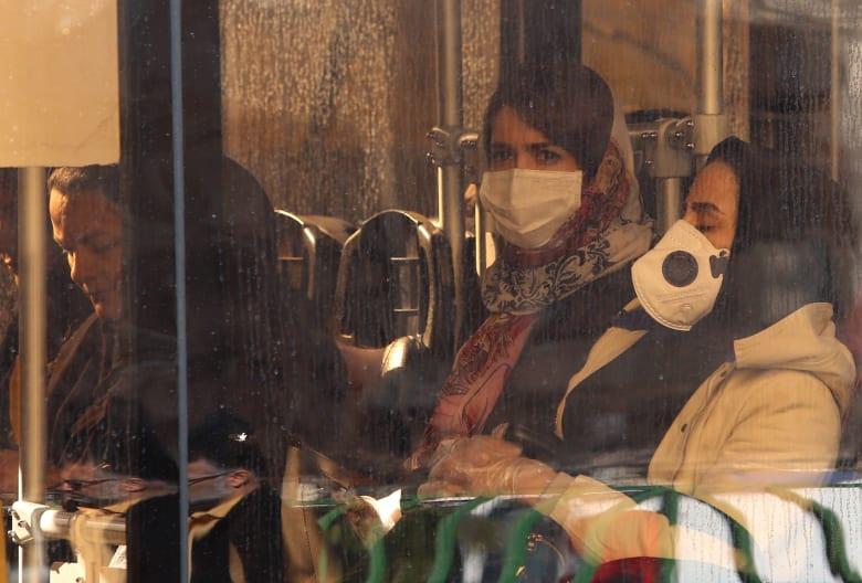 سيدات إيرانيات يرتدين أقنعة طبية واقية بعد انتشار فيروس كورونا