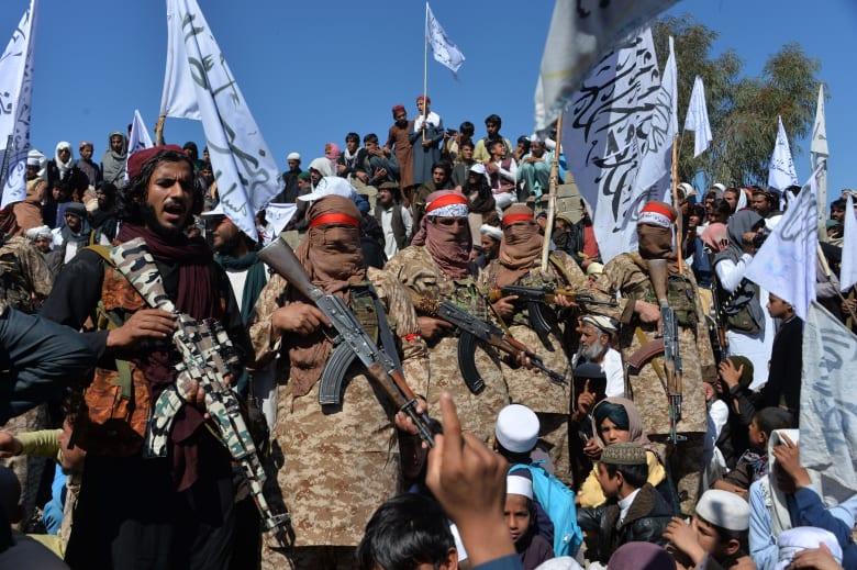 مقاتلون من حركة طالبان الأفغانية يحتفلون بتوقيع اتفاق السلام مع الولايات المتحدة