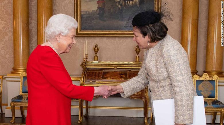 ملكة بريطانيا ترتدي القفازات.. هل كانت تحمي نفسها من فيروس كورونا؟