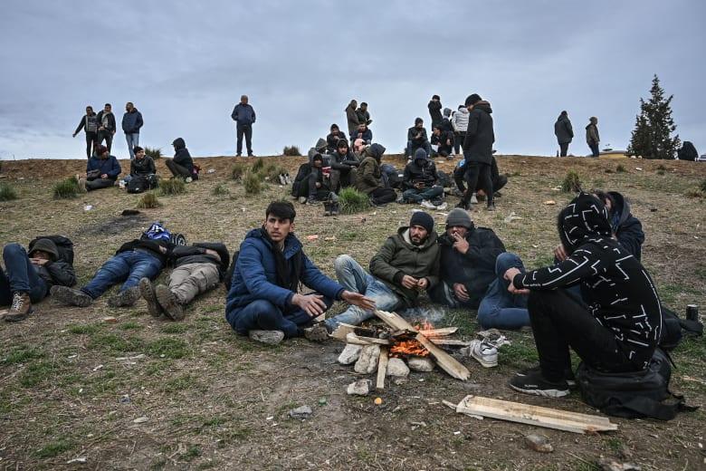 مهاجرون على الحدود بين تركيا واليونان يحاولون الوصول إلى أوروبا