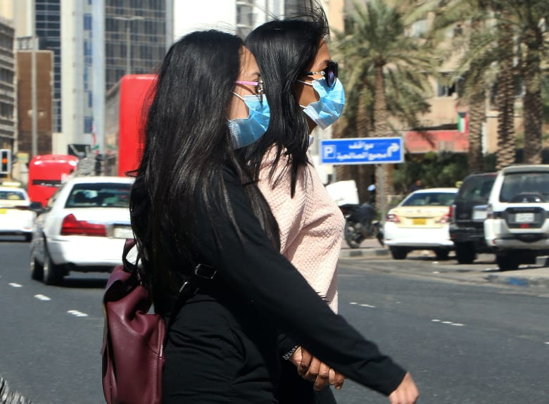 صورة أرشيفية من الكويت لفتاتين ترتديان أقنعة صحية