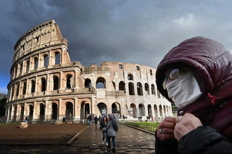 صورة أرشيفية لشخص يضع كمامة صحية في روما بإيطاليا