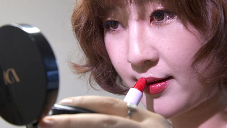 """""""الجمال هو الحرية"""".. كوريات جنوبيات يرتدين المكياج للتمرد ضد الدولة"""