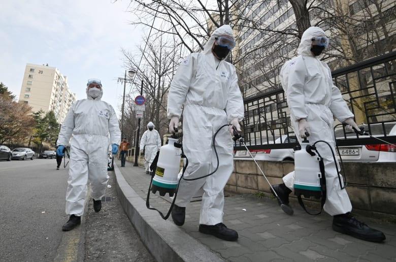 جنود من كوريا الجنوبية يغسلون الشوارع بالمواد المطهرة للحد من انتشار فيروس كورونا