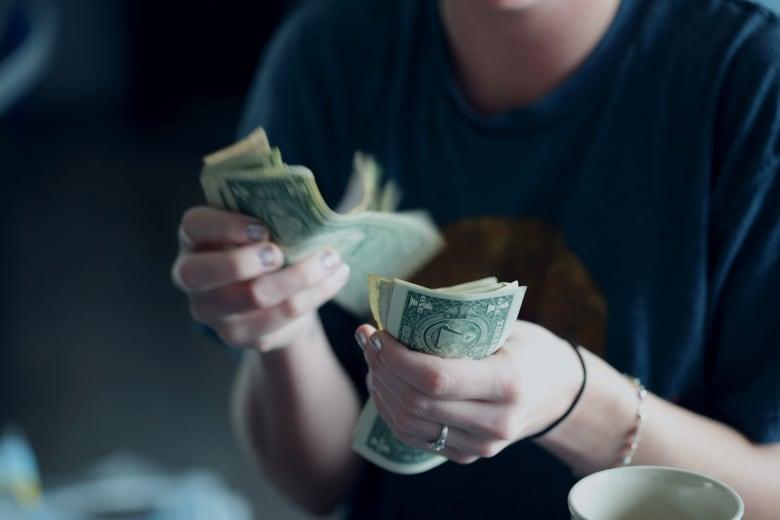 في زمن كورونا.. هل نستغني عن الأوراق النقدية؟