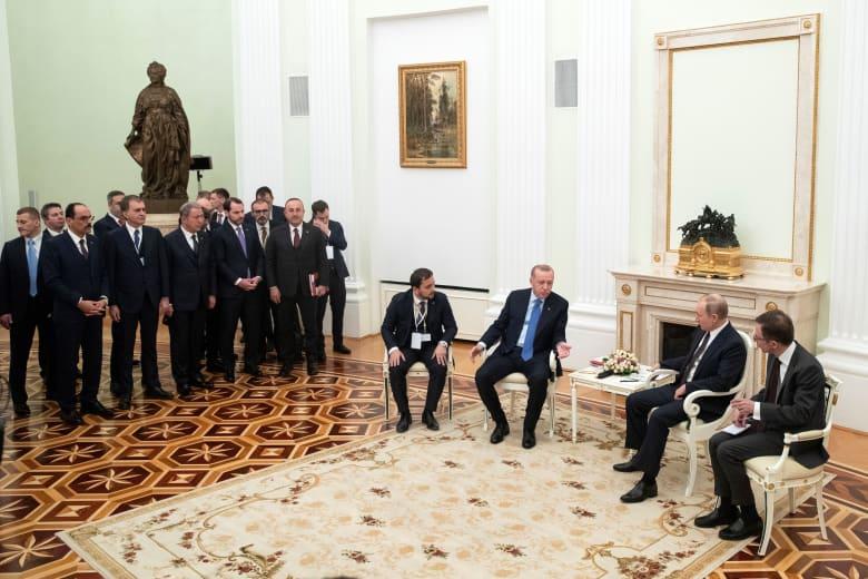 """تداول فيديو لأردوغان منتظرا بوتين بـ""""استياء"""" ومقارنة مع الملك سلمان.. و""""الأناضول"""": كاثرين بريئة من إهانة تركيا"""