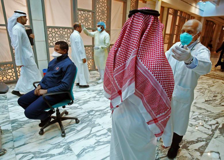 السلطات الطبية في الكويت تجري اختبارات للكشف عن إصابات فيروس كورونا