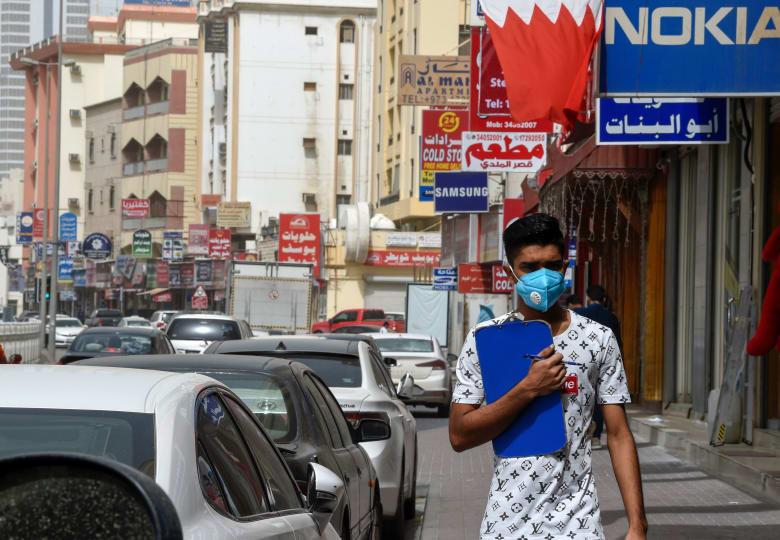 شخص يرتدي قناع طبي للوقاية من انتشار فيروس كورونا المستجد في البحرين