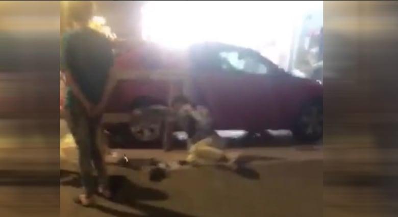 صورة من الفيديو المتداول عن سقوط مصاب بكورونا في السعودية