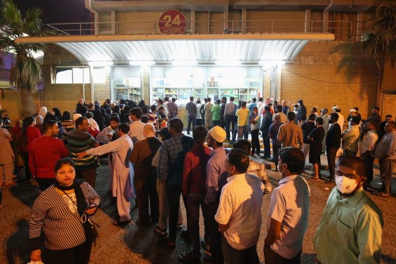 اصطفاف أمام مخبز في الكويت