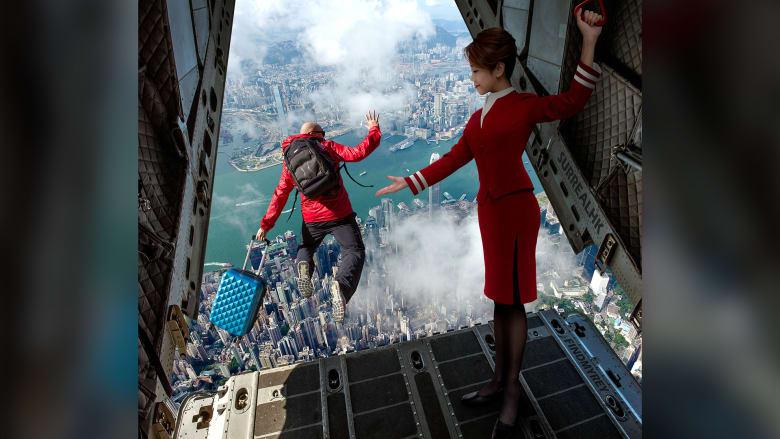 """حقيقة أم خيال؟ رجل """"يقفز"""" من الطائرة خوفاً من فيروس كورونا بسبب سعال أحد الركاب"""