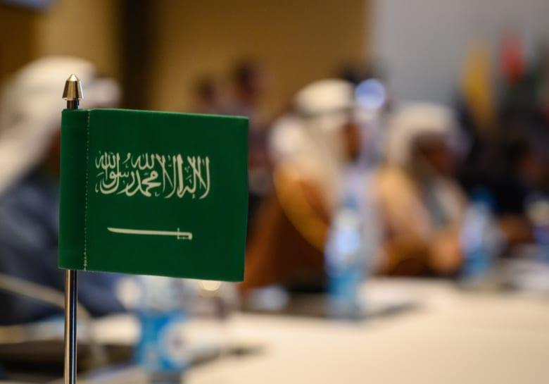 صورة ارشيفية لعلم السعودية خلال اجتماع دولي