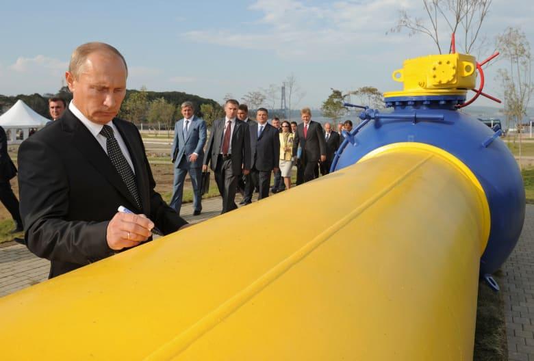 صورة ارشيفية لبوتين يوقع على خط غاز ببلاده العام 2011