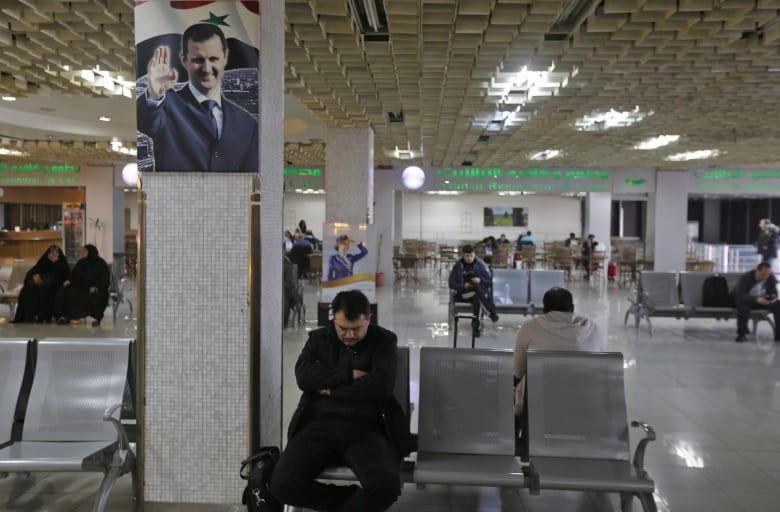 ركاب ينتظرون في مطار دمشق الدولي