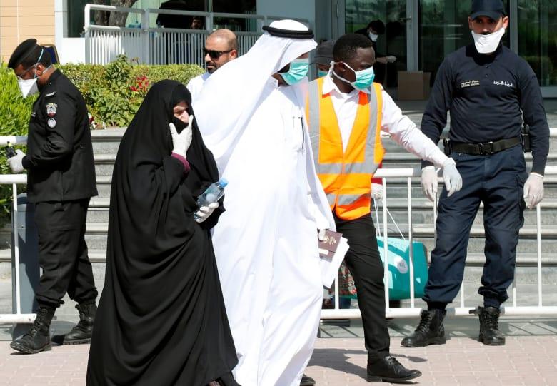 صورة أرشيفية لرجال أمن بكمامات صحية واقية في قطر