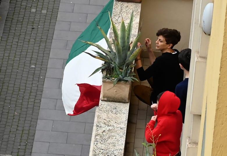 """فيروس كورونا.. فرنسا تغلق الأماكن """"غير الضرورية"""" وإسبانيا تسجل أعلى معدل يومي للإصابات بعد إيطاليا"""