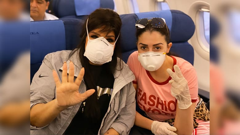غادة عبد الرازق وفيفي عبده بالكمامات على الطائرة بسبب فيروس كورونا