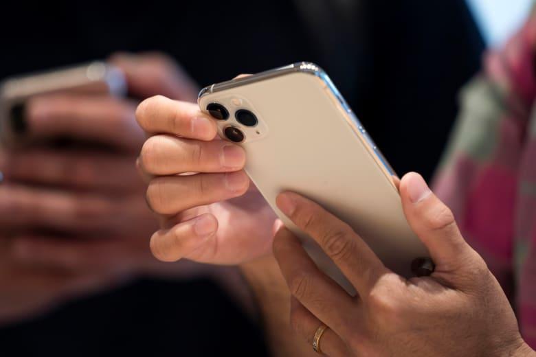 مع انتشار كورونا.. آبل تصدر إرشادات تنظيف لهواتف آيفون: هكذا يمكنكم تعقيمها