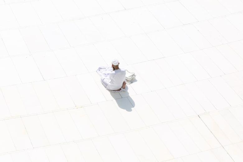 صورة أرشيفية لرجل يصلي منفردا في باحة الحرم المكي في السعودية