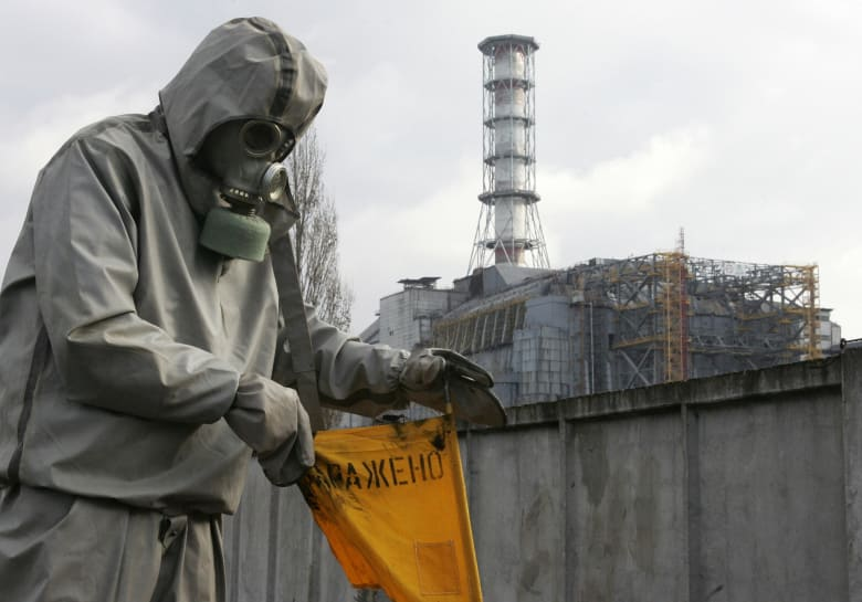صورة أرشيفية لوضع إشارات تحذيرية عن وجود إشعاعات في تشيرنوبيل العام 2006
