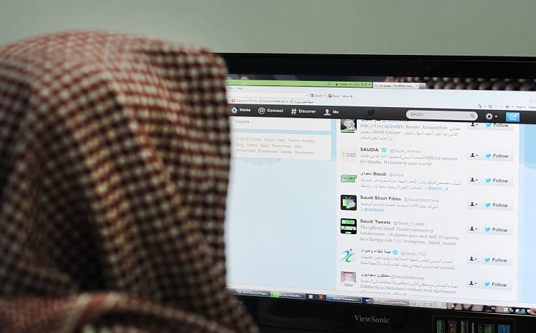 صورة ارشيفية لشخص يتصفح تويتر في السعودية (الصورة تعبيرية)