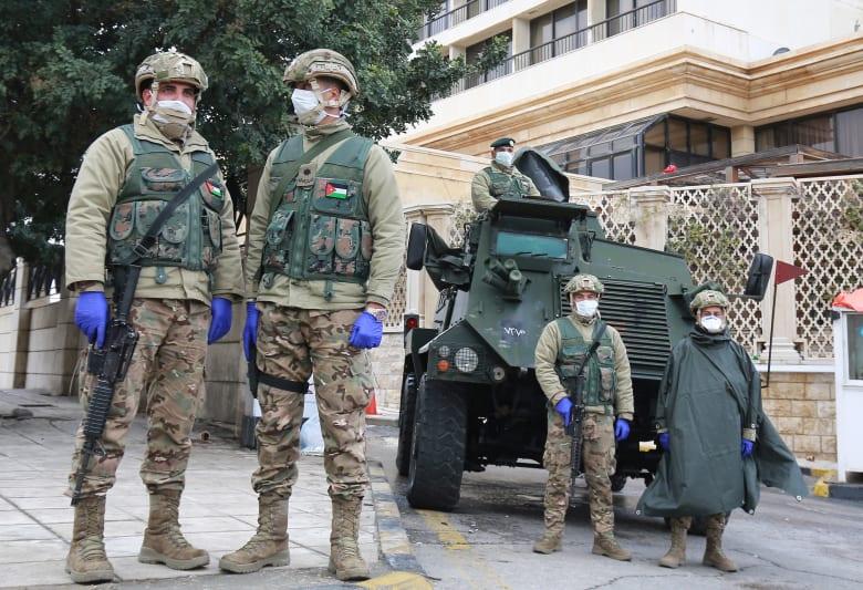 انتشار عناصر الجيش الأردني في العاصمة عمان في إطار إجراءات مواجهة انتشار فيروس كورونا