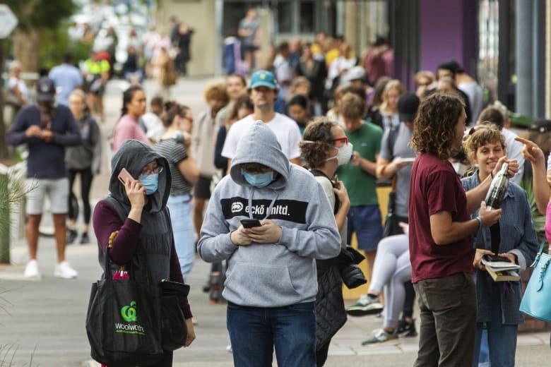 أستراليون يصطفون في سيدني قبل ساعات من قرارات بإغلاق الأماكن العامة للحد من انتشار فيروس كورونا