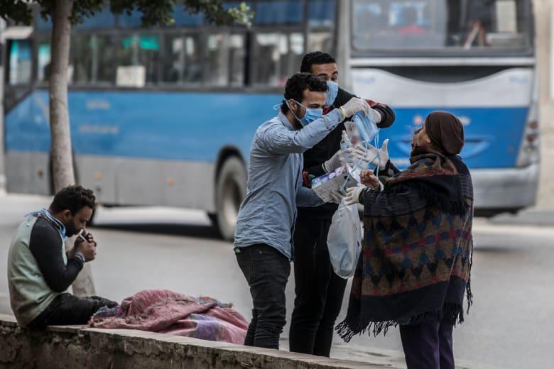 متطوعون في مصر يوزعون أقنعة طبية واقية بعد انتشار فيروس كورونا المستجد