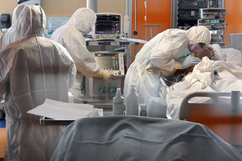أطباء حول احد المرضى بفيروس كورونا في إيطاليا