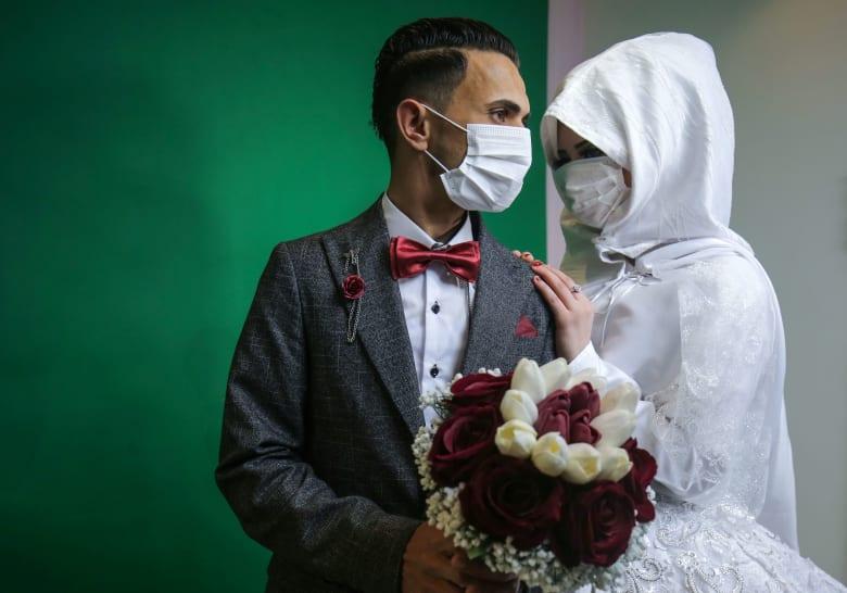 الحب في زمن كورونا.. هكذا يحيي العشاق حفلات زفافهم من حول العالم