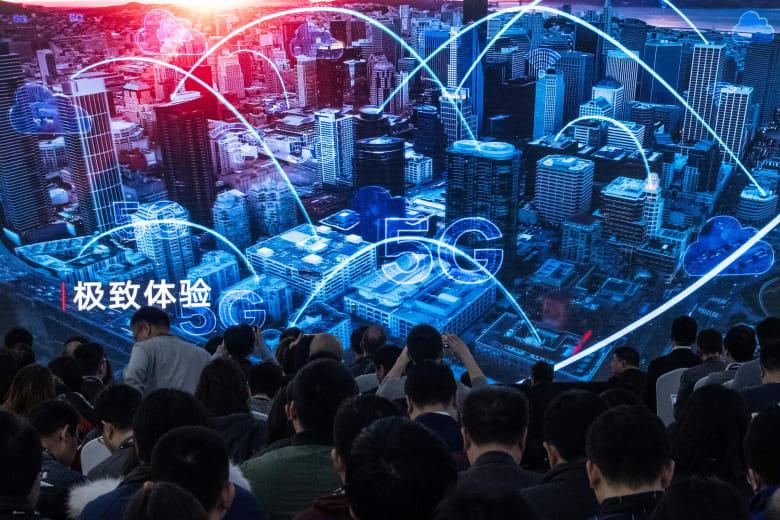 صحفيون يشاهدون مقطعا دعائيا خلال مؤتمر صحفي وإطلاق منتجات Huawei 5G الجديدة في بكين