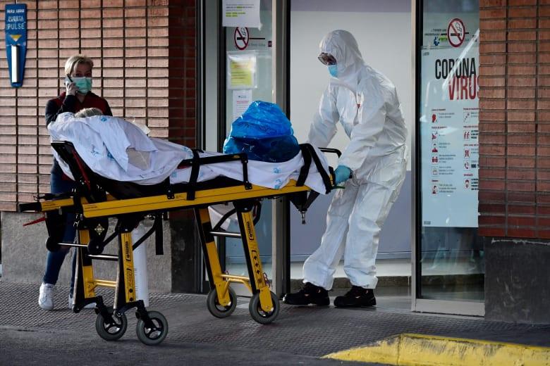 طاقم طبي ينقل أحد المصابين بفيروس كورونا في إسبانيا
