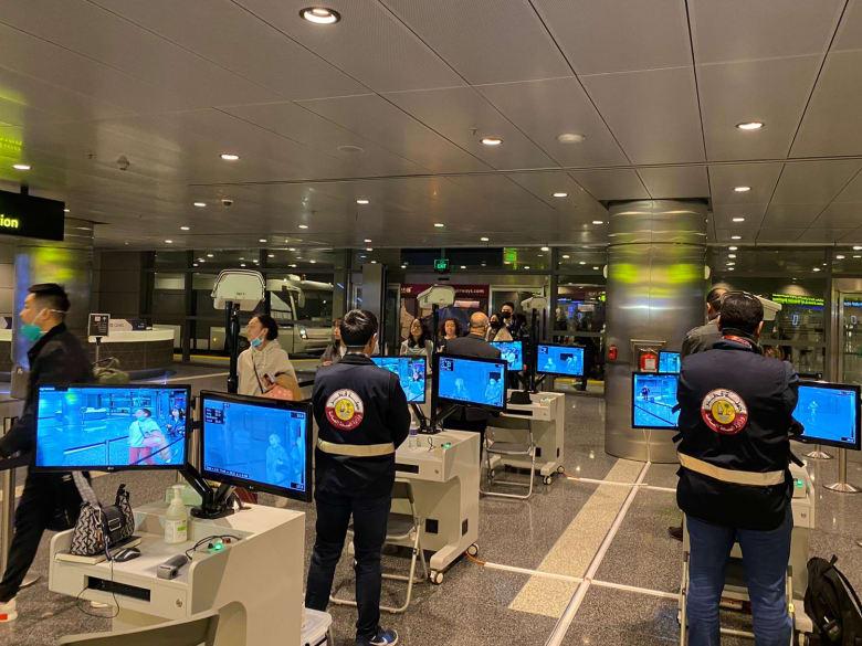 صورة أرشيفية لعمليات فحص حرارة مسافرين عند وصولهم إلى مطار الدوحة