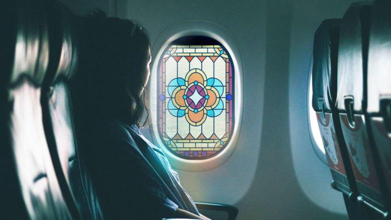لرفع معنويات المسافرين..تصميم روحاني لنوافذ الطائرات من الزجاج الملون