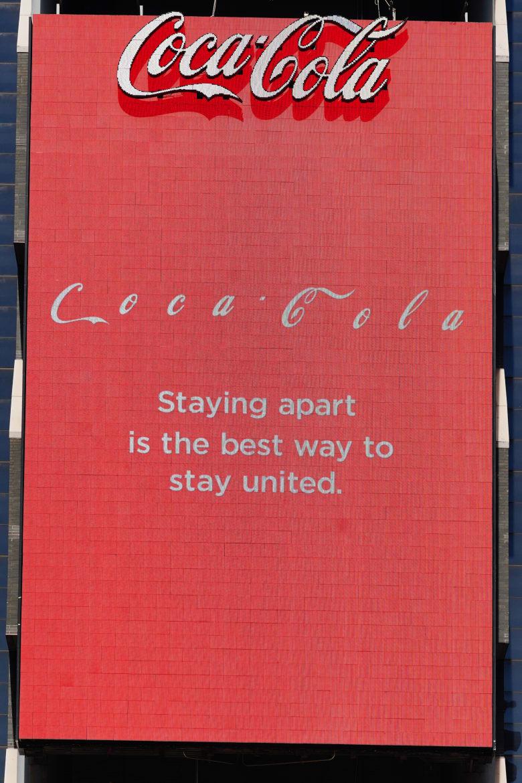 فصلت شركة كوكالولا أحرفها عن بعض في هذا الإعلان بتايمز سكوير