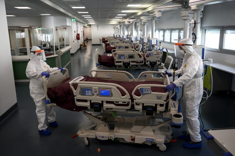 ممرضتان تعملان على تجهيز إحدى المستشفيات لاستقبال مرضى فيروس كورونا في الولايات المتحدة