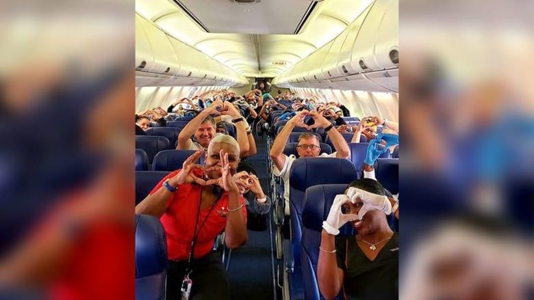 شركة طيران تنشر صورة مؤثرة لعاملين بمجال الصحة متجهين لنيويورك للمساعدة في مكافحة فيروس كورونا