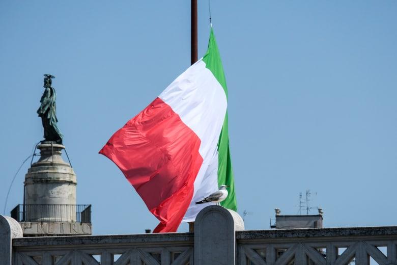مع دقيقة حداد.. إيطاليا تنكس أعلامها لمواساة أسر ضحايا كورونا والطواقم الطبية