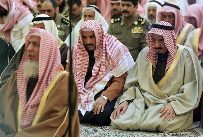 صورة ارشيفية يؤم فيها آل الشيخ صلاة بحضور الأمير(حينها) سلمان بن عبدالعزيز العام 2008