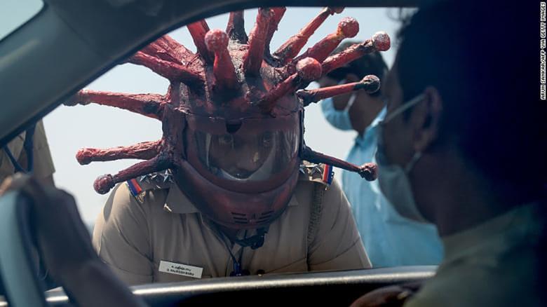 في الهند.. شرطي يرتدي خوذة على شكل فيروس كورونا لتشجيع الناس على البقاء بمنازلهم
