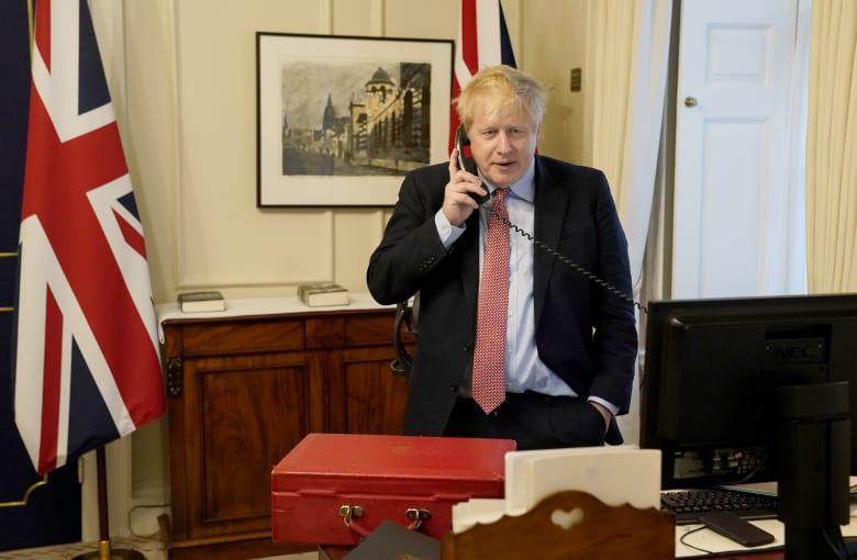 """صورة لاجتماع الحكومة البريطانية """"عن بعد"""" تثير القلق حول سرية التواصل"""