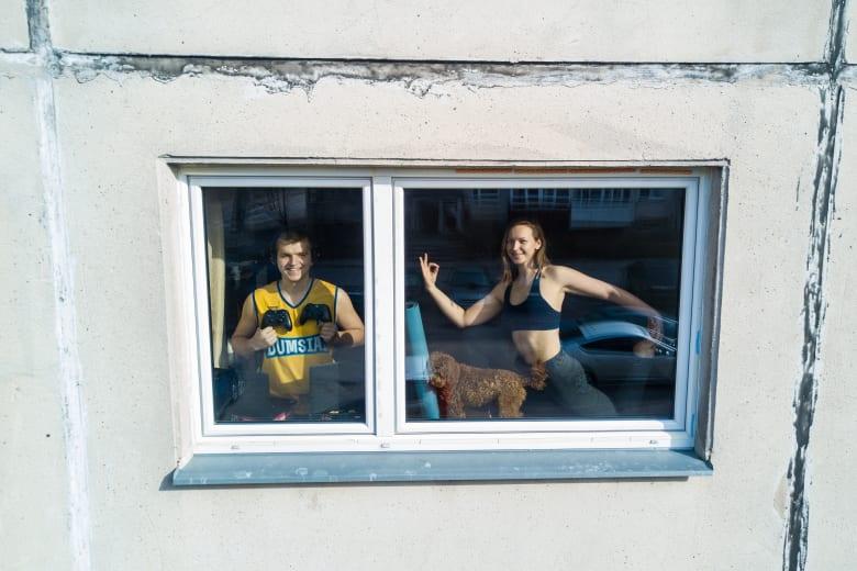 كيف يقضي الناس أوقاتهم خلال العزل المنزلي في مدينة فيلنيوس الأوروبية؟