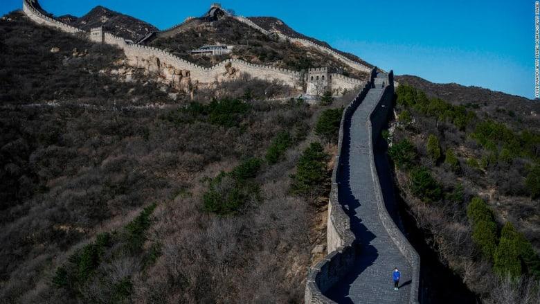 الصين تطلق قائمة سوداء للسياح بعد تشويه السور العظيم في أول يوم من إعادة افتتاحه