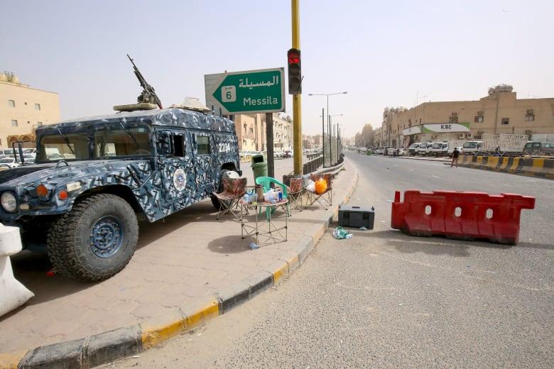 صورة لآلية تابعة للأمن الكويتي بأحد شوارع الكويت