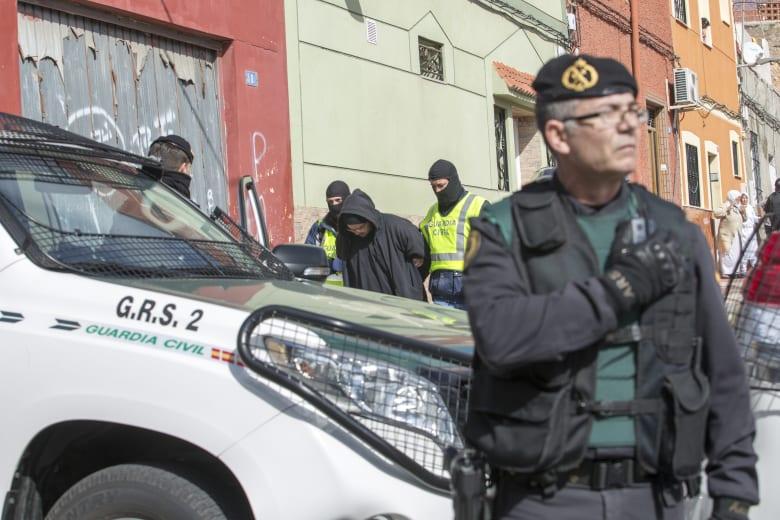 """إسبانيا تعلن القبض على مغني الراب و""""جزار داعش"""" ذي الأصول المصرية"""