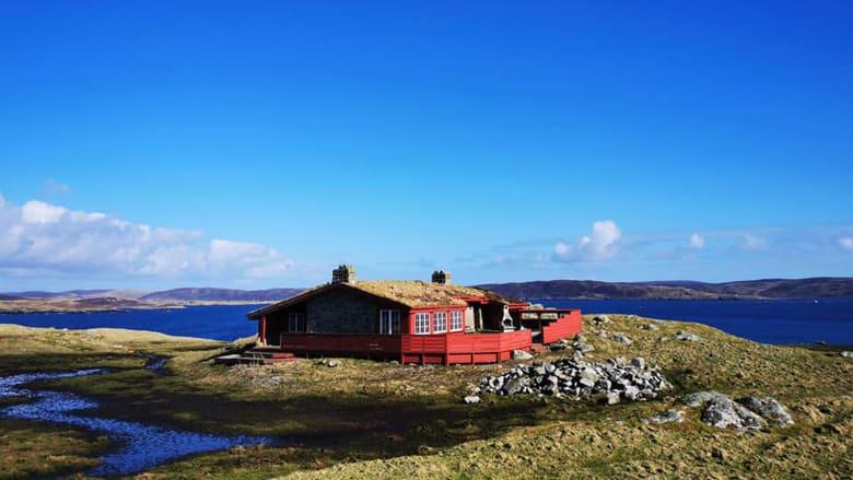 مغامر يلجأ إلى جزيرة اسكتلندية مهجورة كملاذ بعيداً عن فيروس كورونا