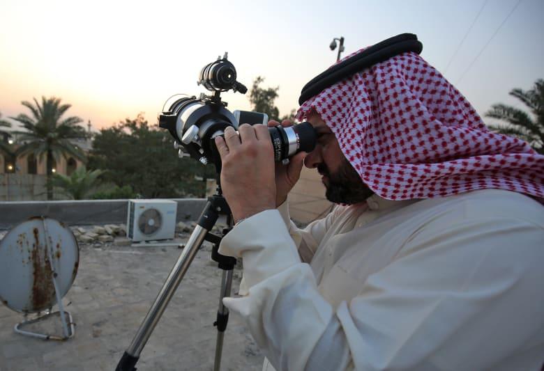 صورة ارشيفية لشخص يراقب الهلال في العراق