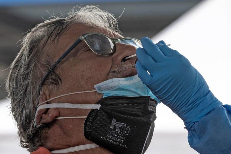 صورة ارشيفية لرجل يخضع لفحص فيروس كورونا