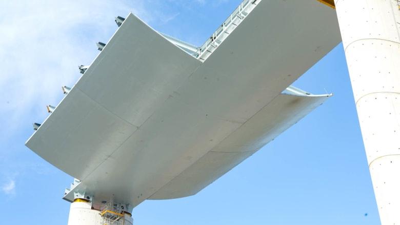 """هو أشبه بـ """"سفينة عائمة"""".. جسر مهيب بإيطاليا يقترب من الانتهاء بظل فيروس كورونا"""